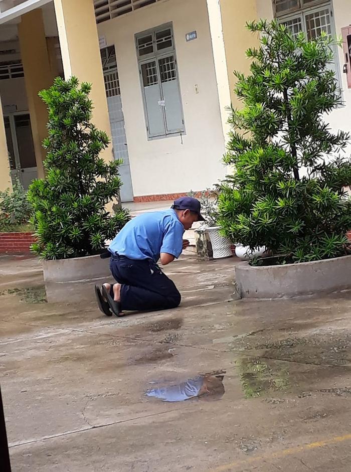 Hình ảnh chú bảo vệ khấn vái được một học sinh ghi lại