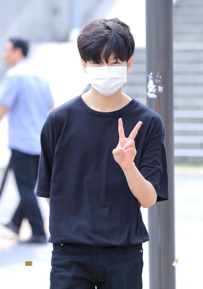 Produce X 101: Lộ diện sau khi bị loại, Lee Jin Woo xinh xắn như hoàng tử bé ảnh 5