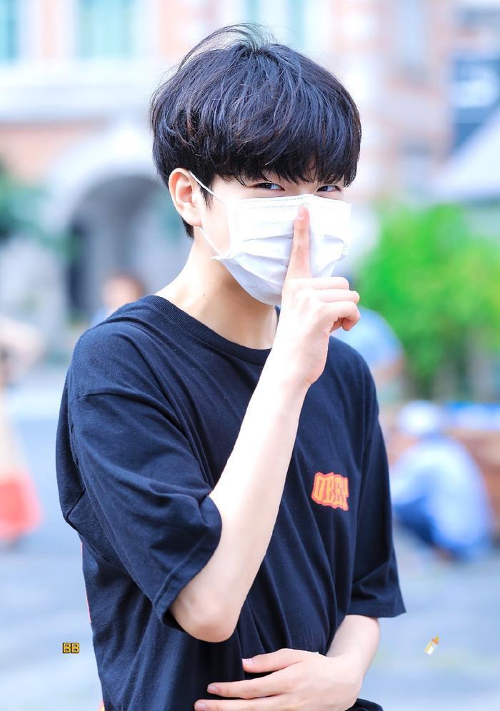 Produce X 101: Lộ diện sau khi bị loại, Lee Jin Woo xinh xắn như hoàng tử bé ảnh 8