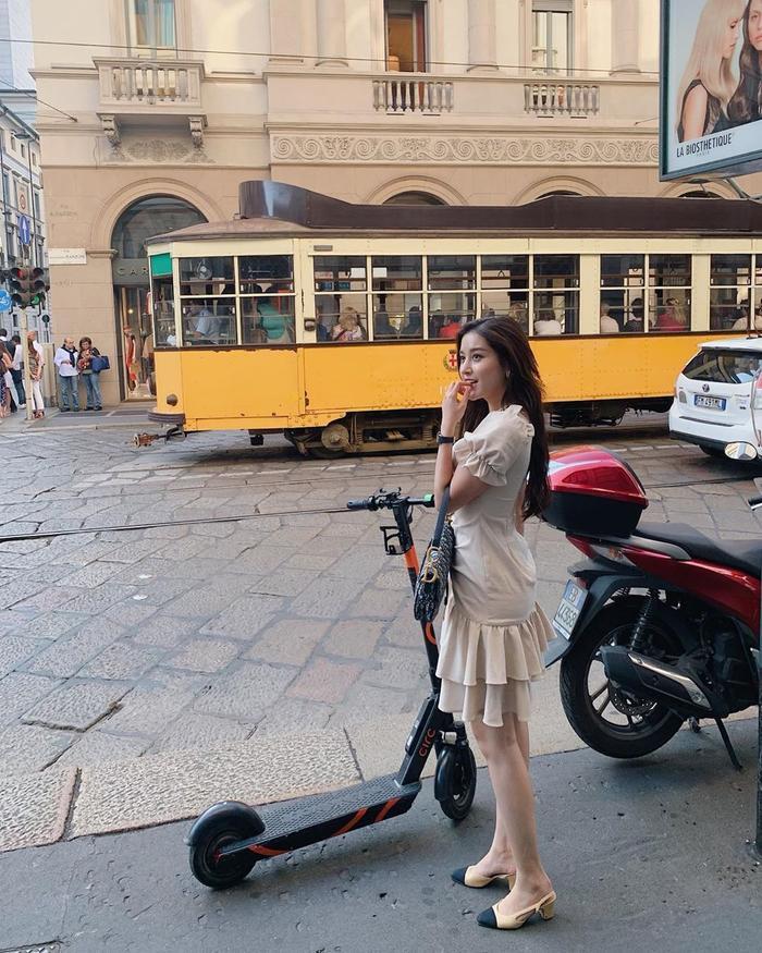 Huyền My tiếp tục theo đuổi phong cách một cô nàng nữ tính, nhẹ nhàng với váy xòe bồng xếp bèo tông màu nuy khi xuống phố.