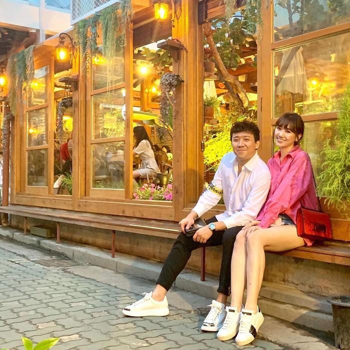 Đang vi vu tại Hàn Quốc, vợ chồng Trấn Thành, Hari Won tiếp tục khiến khán giả ghen tỵ khi xuống phố cùng nhau trong set đồ sơ-mi dễ thương hết nấc.