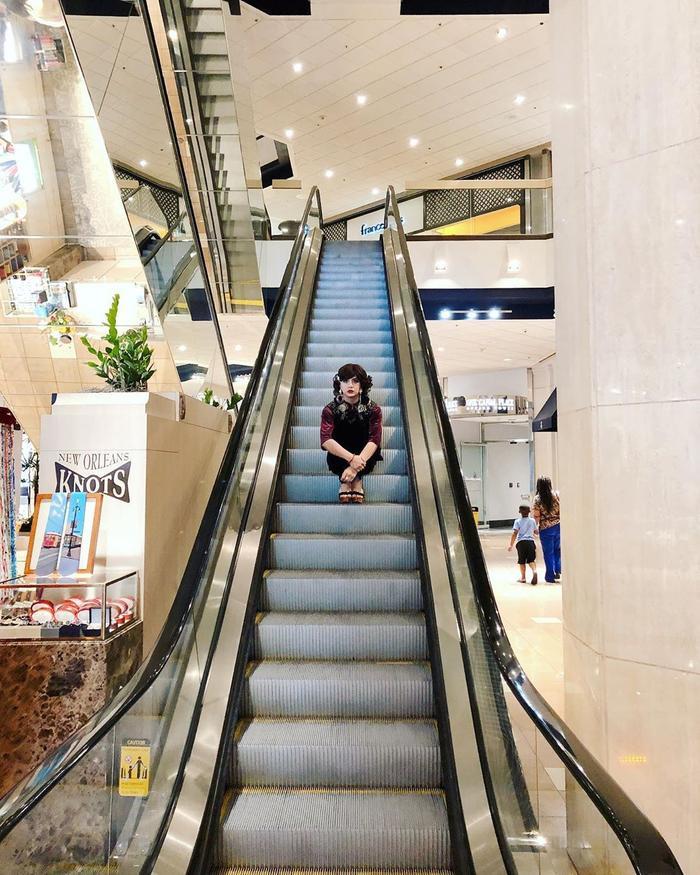 Từ tiệm tạp hóa, ngoài đường đến cầu thang…