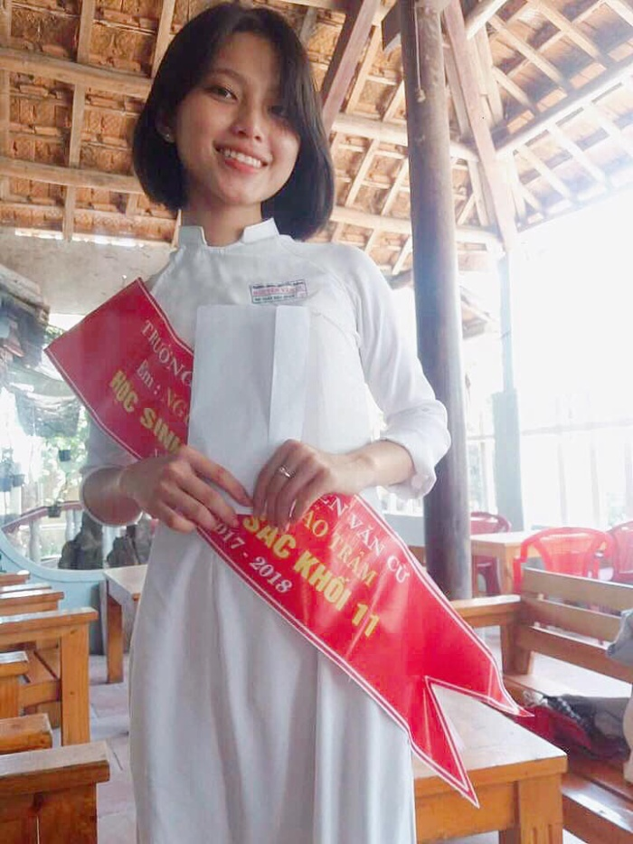 Ở lớp, Trâm là cô gái liên tục giành những thành tích học tập xuất sắc.