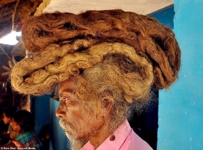Mái tóc của ông Sakal Dev thậm chí còn xếp được thành tầng.