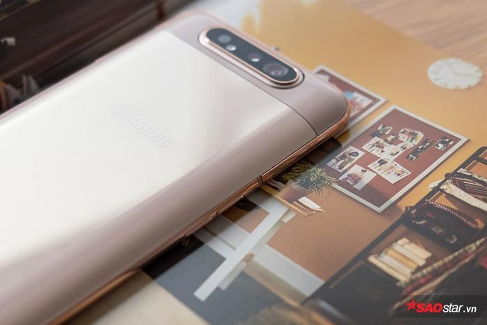 Samsung Galaxy A80 được trang bị chip 8 nhân Snapdragon 730 cùng RAM 8 GB và bộ nhớ trong 128 GB. Máy có pin 3.700 mAh và hỗ trợ các tính năng sạc nhanh.