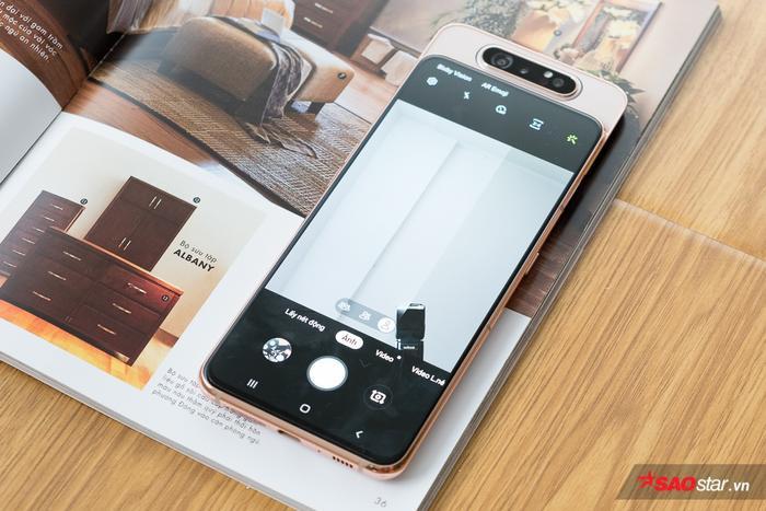 Điểm độc đáo nhất của Samsung Galaxy A80 nằm ở cụm camera trượt xoay tới 180 độ. Theo đó, khi người dùng chọn chế độ chụp hình selfie, cụm ba camera ở mặt lưng sẽ tự động bật lên vào xoay 180 độ để kiêm luôn vai trò của camer trước.