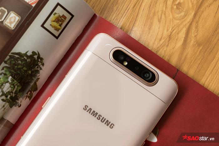 Camera chính trên chiếc điện thoại này có thông số 48 MP, cho phép chụp hình với độ chi tiết cao hơn và tốt hơn trong các điều kiện khó như thiếu sáng. Trong khi đó, cảm biến ToF trên Galaxy A80 sẽ hỗ trợ đo độ sâu 3D và hỗ trợ chức năng xóa phông chủ động cho hình ảnh và video. Bên cạnh đó, Galaxy A80 cũng trang bị ống kính góc siêu rộng 123 độ (Ultra Wide) thông số 8 MP.