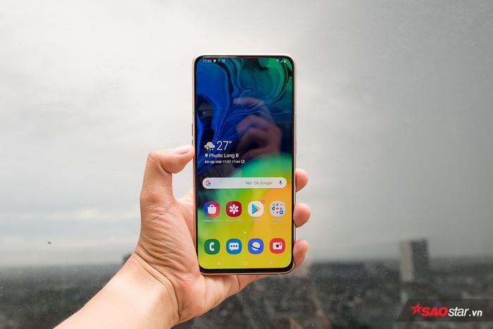 Với cách tiếp cận này, Samsung tạo ra được một chiếc điện thoại gần như hoàn toàn không có viền màn hình ở mặt trước. Trải nghiệm về phần nhìn của người dùng cũng không bị ảnh hưởng bởi các cách tiếp cận như tai thỏ, đục lỗ hay giọt nước (để bố trí camera).