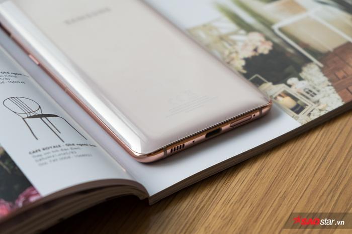 Mặc lưng của chiếc Samsung Galaxy A80 được thiết kế bo cong tạo cảm giác thoải mái cho người dùng ngay cả khi cầm máy trong thời gian dài, hạn chế tình trạng cấn tay. Viền máy chiếc điện thoại này được cấu thành từ kim loại và được hoàn thiện với màu sắc khá tương đồng với mặt lưng tạo sự hài hoà.