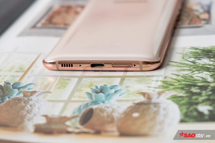 Samsung Galaxy A80 không có jack cắm tai nghe 3,5 mm. Đuôi máy theo đó có loa, cổng kết nối USB Type-C và khe SIM.