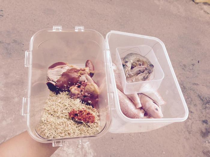 Mang theo hộp đựng để đi chợ, hạn chế sử dụng sản phẩm nhựa.