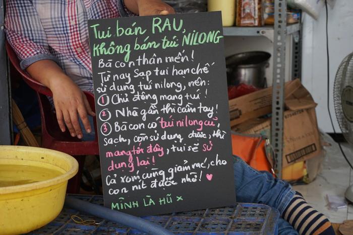 Tấm bảng với thông điệp dễ thương, khiến ai cũng có thể vui vẻ thay đổi thói quen sử dụng nhựa vì một môi trường tương lai xanh hơn.