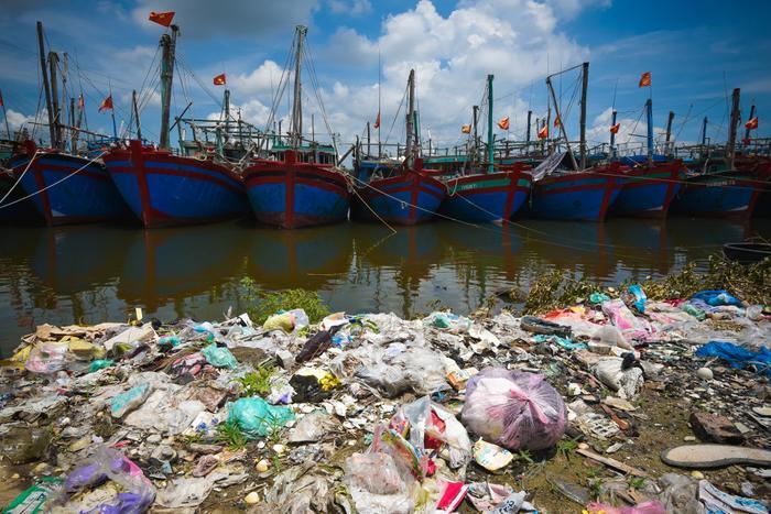 Cảng cá Lạch Bạng nằm giữa hai xã Hải Bình và Hải Thanh, huyện Tĩnh Gia (Thanh Hóa) ô nhiễm nặng.