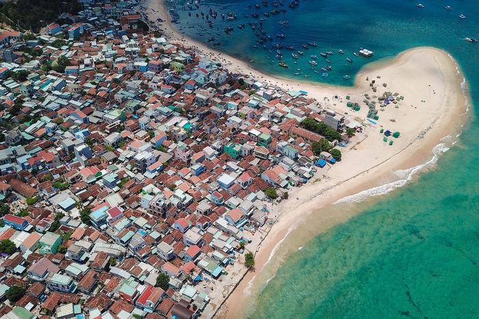 Nhìn từ trên cao Nhơn Hải trông có vẻ đẹp với làn nước biển màu xanh ngọc nhưng ở dưới rác ngập tràn.