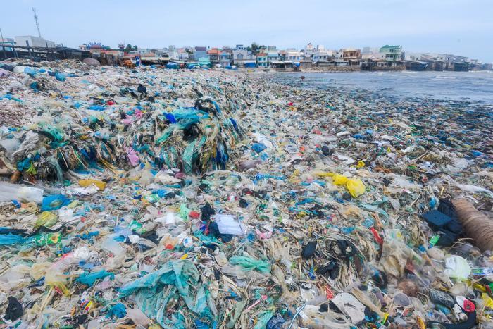 Biển rác thuộc xã Chí Công, huyện Tuy Phong, tỉnh Bình Thuận.