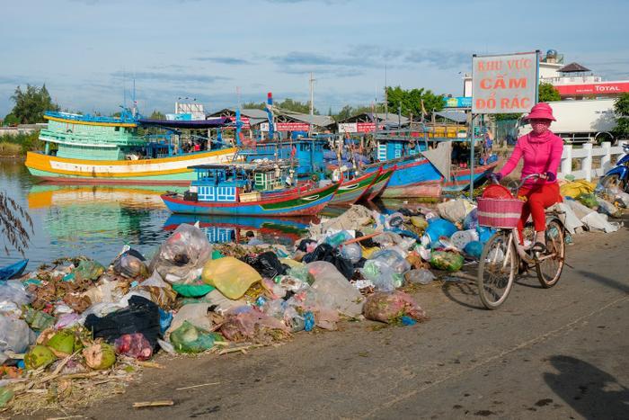 Những bờ kè ven biển được tạo thành từ những túi rác chất cao như núi.