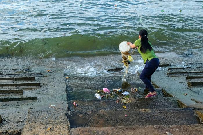 Người dân vô tư đổ rác thẳng xuống biển dù có rất nhiều biển báo ngăn cấm và băng rôn tuyên truyền. Trong thực tế, việc tìm kiếm ra một chiếc thùng rác ở đây cũng rất khó.