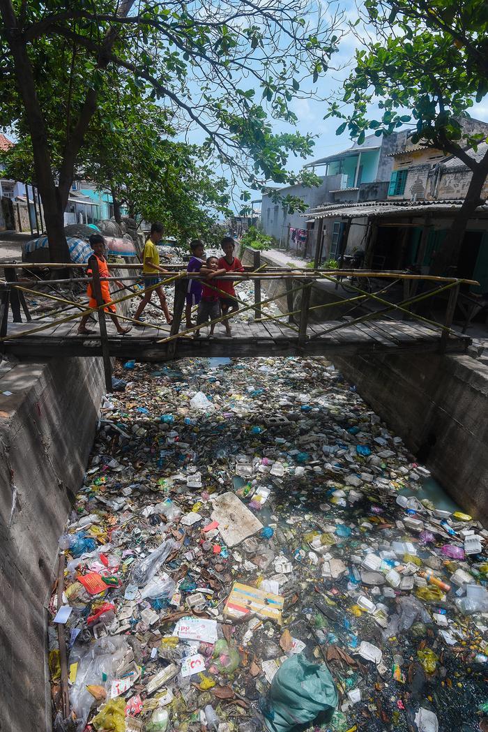 Một kênh nước đổ ra biển ở Bình Thuận, rác lấp kín gần như không thể nhìn thấy mặt nước.