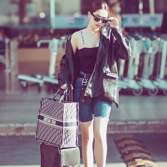 """Đến Dior, hiệu nào cũng có, và như Trinh từng nói: """"Một chiếc túi đắt tiền và khó sở hữu chỉ quan trọng là bạn có nhiều tiền để sở hữu nó ngay và liền hay không""""."""