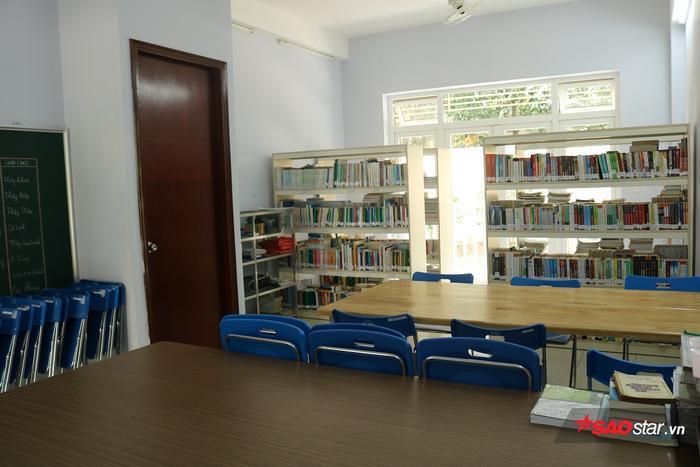 Phòng đọc sách thoáng mát, bàn ghế, đèn điện được trang bị đầy đủ.