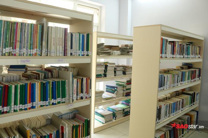 Các kệ sách ngày càng được bổ sung nhiều đầu sách mới.