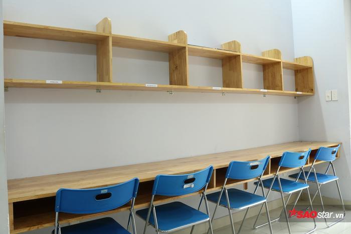 Mỗi bạn Sinh viên sẽ được BQL KTX cấp tủ, bàn ghế phục vụ cho việc học.