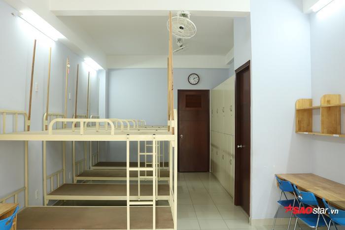 Mỗi phòng sẽ có 8 giường tầng được xếp ngay ngắn, gọn gàng.
