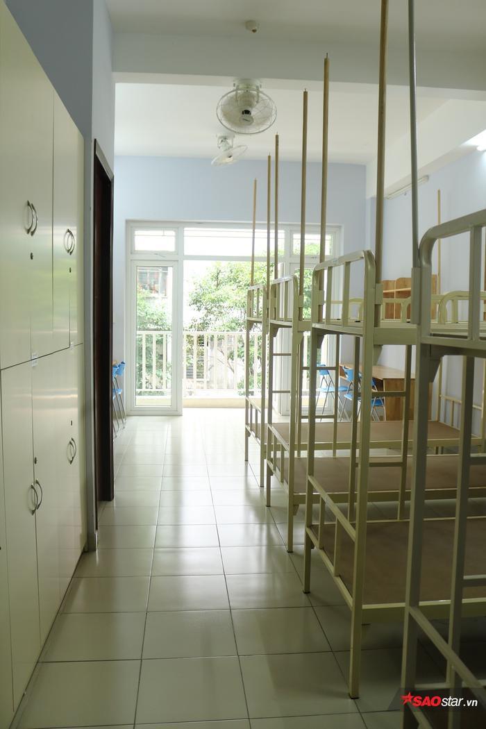 Chiếc tủ lớn chia làm 8 tủ nhỏ để các sinh viên bỏ đồ cá nhân.