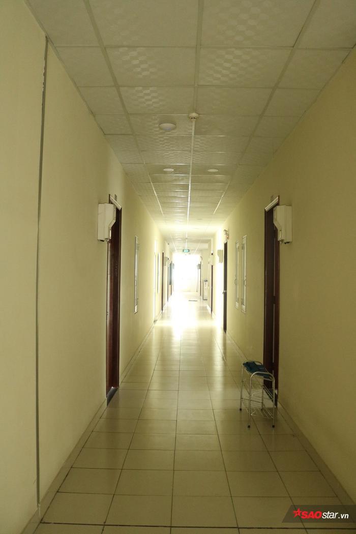 Dãy hành lang gọn gàng, sạch sẽ tại khu KTX.