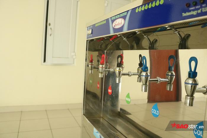 Sinh viên có thể uống nước nóng - lạnh tùy nhu cầu.