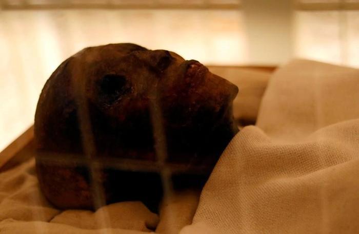 Xác ướp của vị Pharaoh nhỏ tuổi Tutankhamun hiện được trưng bày trong lăng tẩm vừa được phục hồi của ngài tại Thung lũng các vị Vua (Valley of the Kings) ở Luxor, Ai Cập. Nguồn ảnh: REUTERS / Mohamed Abd El Ghany