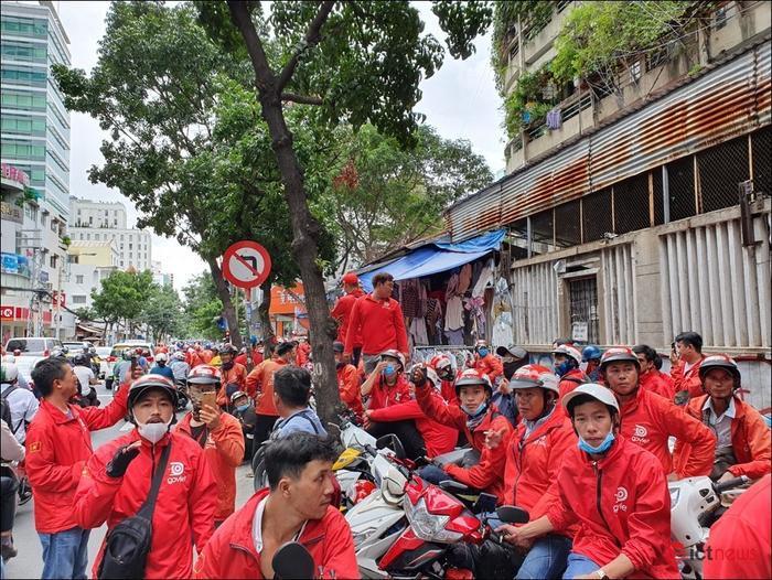 Hàng trăm tài xế kéo đến trụ sở biểu tình vì Go-Viet thay đổi chính sách mới. (Ảnh: VNN).