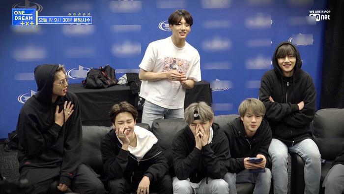Phản ứng của BTS khi được TXT bày tỏ tình cảm trước mặt khiến fan vô cùng thích thú.