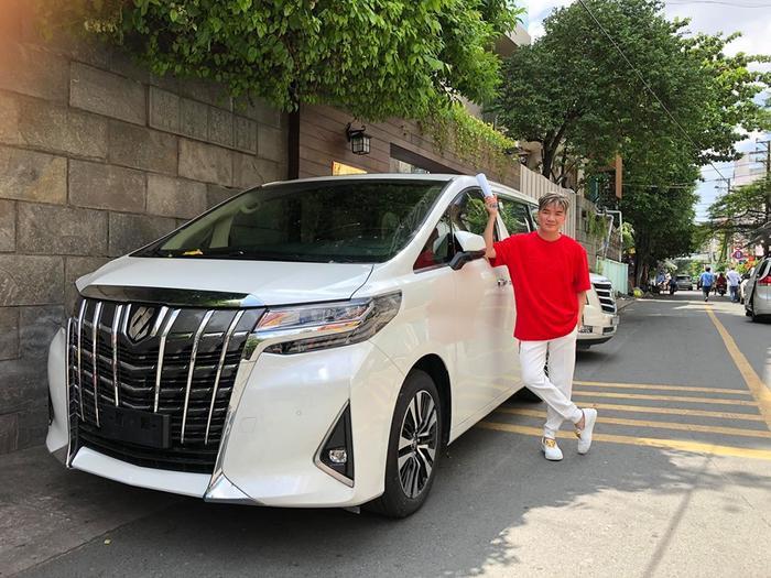 Toyota Alphard 2019 mà Đàm Vĩnh Hưng vừa tậu có giá khoảng 4 tỷ đồng. (Ảnh: Phan Dũng)