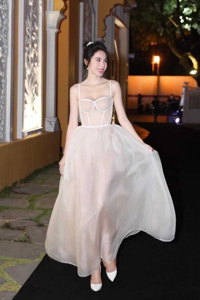 Theo đó, trang phục voan, organza có tính chất trong suốt, bay bổng luôn là sự lựa chọn của cô.