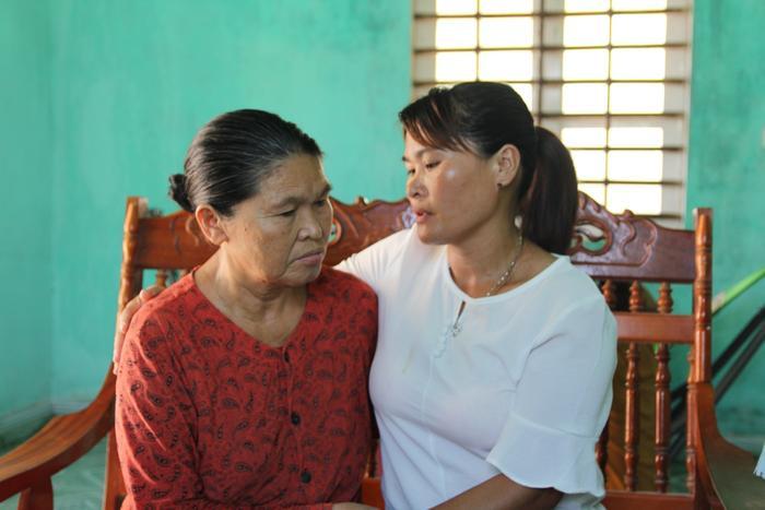 Bà Liên không ngừng ôm con, đối với người mẹ già việc này như một giấc mơ