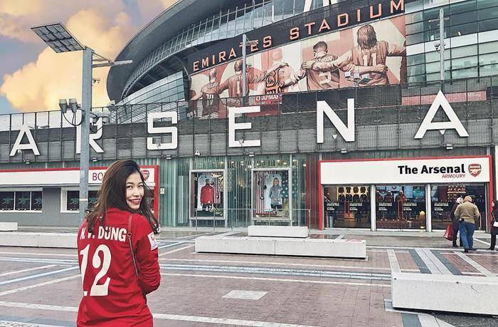 Bên cạnh đó, cô nàng còn gây chú ý bởi là một fan bóng đá chính hiệu, CLB ưa thích của Vóc là CLB hùng mạnh nước Anh, Arsenal.
