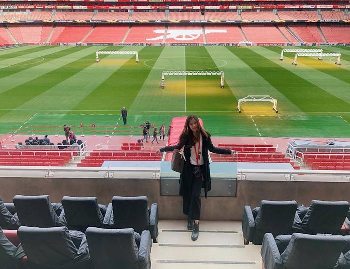 Vóc khiến nhiều fan bóng đá ghen tị vì thường xuyên đăng tải những bức hình tới sân Emirates.