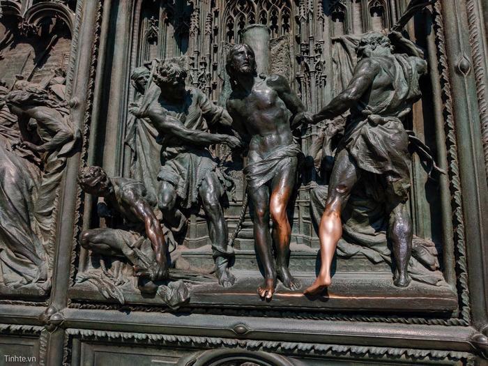 Phù điêu cảnh Chúa Giê Su bị quân dữ lột áo làm bằng đồng. Hầu hết là màu xanh do oxi hóa, chỗ nào được du khách sờ nhiều thì màu đồng lộ ra.