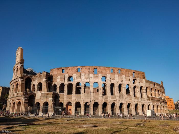 Bên ngoài đấu trường Colosseum. Hẳn là đế chế La Mã đã đạt đến trình độ cực cao để có thể xây được một nơi giải trí như thế này.