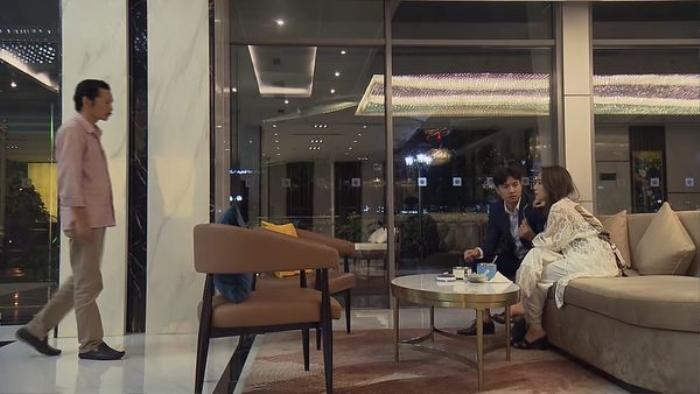 Bố Sơn bắt gặp cảnh Vũ đang âu yếm với bồ nhí vào đúng ngày sinh nhật Thư.