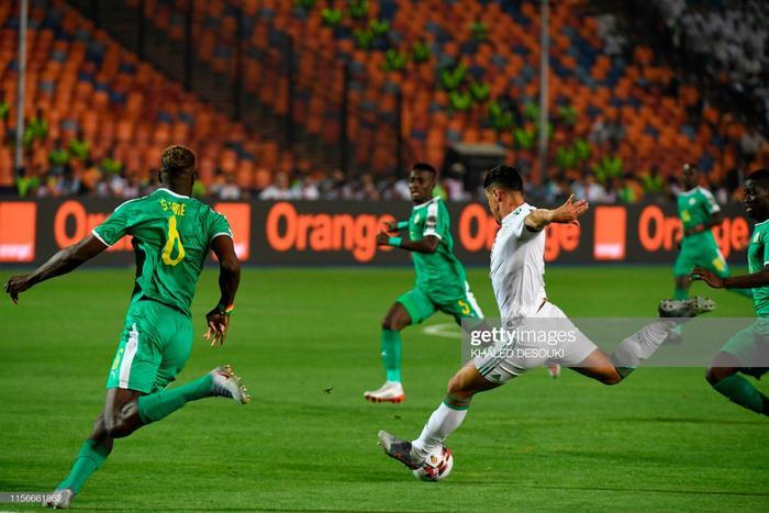 Phút thứ 2, từ pha đi bóng tốc độ bên cánh trái rồi rẽ vào trung lộ, tiền đạo Bounedjah tung cú sút rất căng, bóng đập chân hậu vệ Salif Sane bên phía Senegal đổi hướng làm bó tay thủ thành Alfred Gomis, mở tỷ số trận đấu.