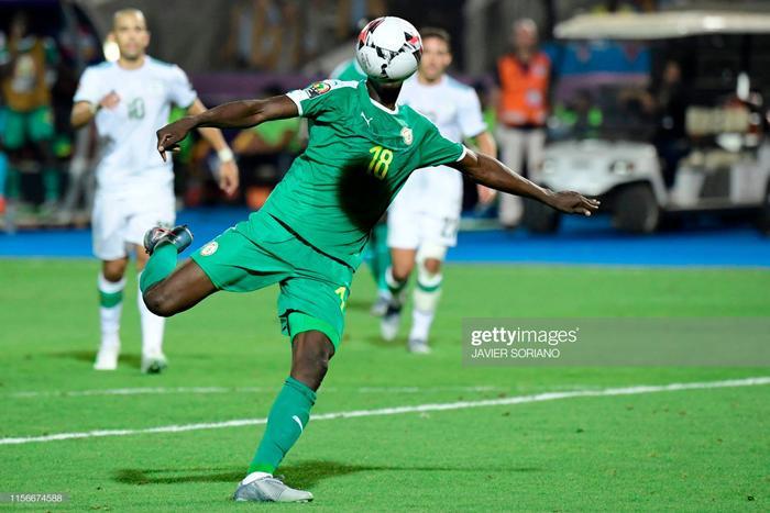 Bước sang hiệp hai, Senegal tiếp tục là những người nắm giữ thế trận. Họ dồn ép Algeria đến nghẹt thở và không cho đối thủ của mình bất kỳ cơ hội dứt điểm nào. Đáng tiếc sự hiệu quả trong những tình huống quyết định là điều Mane và đồng đội của mình đã không thể hiện được