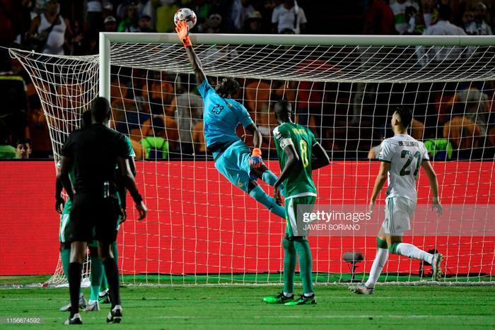 Sức kháng cự của Algeria là quá mãnh liệt. Đội tuyển này thường chủ động phạm lỗi khi bóng còn cách xa khung thành để giảm thiểu rủi ro.