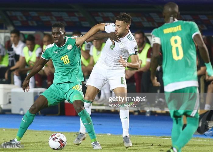 Bàn thắng từ rất sớm của Algeria giúp cho trận đấu trở nên hấp dẫn hơn khi Sadio Mane và các đồng đội của anh buộc phải tràn lên hòng tìm bàn gỡ. Xuyên suốt hiệp một là những pha hãm thành liên tiếp của các cầu thủ Senegal.
