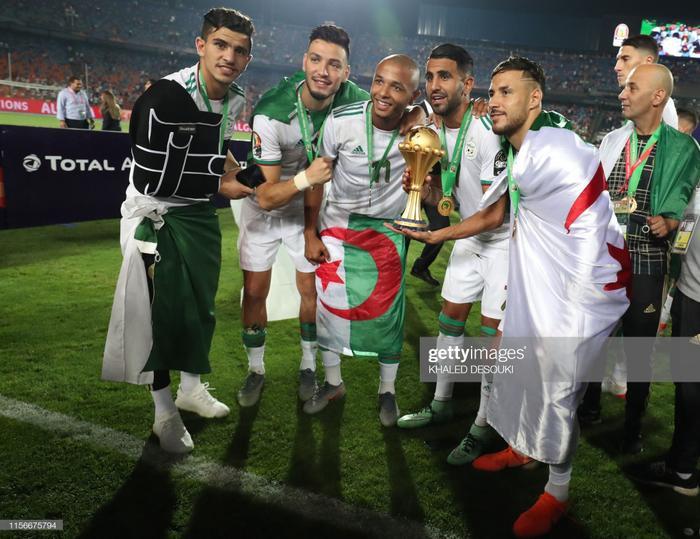 Các cầu thủ Algeria vỡ oà sung sướng khi giành chức vô địch CAN 2019 trên đất Ai Cập.