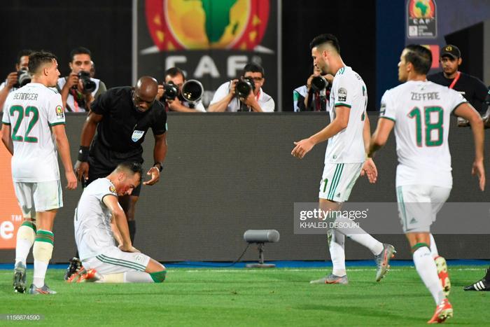 Tuy vậy, chấn thương củaDjamel Benlamri đã làm gián đoạn trận chung kết hơn 10 phút đồng đồ. Nếu chỉ nhìn vào vết cắt trên khuôn mặt của chàng trung vệ đội trưởng này, chúng ta cũng sẽ thấy được sự quyết tâm của Algeria trong trận đấu mang tính lịch sử.