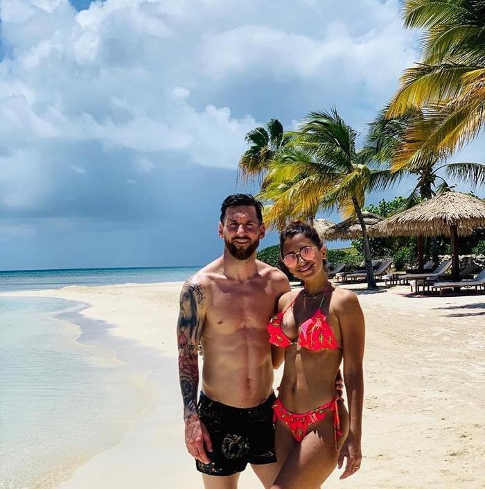 Messi cùng cô vợ Antonella tắm biển buổi sáng tại hòn đảo Jumby Bay.