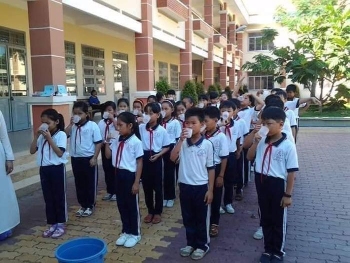 Hình ảnh ghi lại khoảnh khắc các bạn học sinh đang ngậm nước súc miệng. Ảnh: Út Ân/Group Trường Người Ta