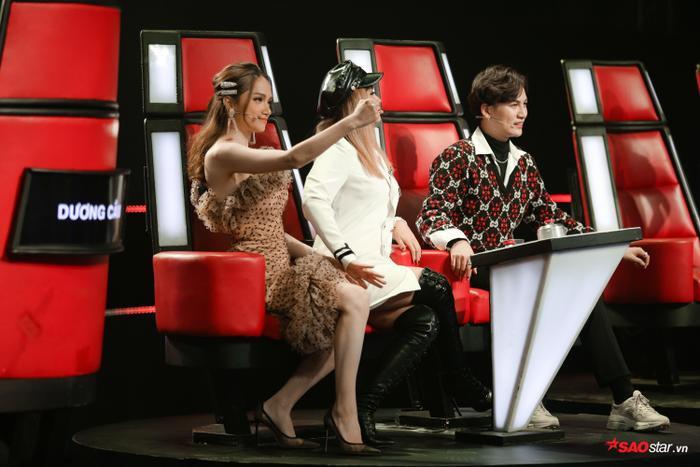 """Cô nàng """"nhảy hẳn"""" sang ghế của HLV Lưu Thiên Hương - Ali Hoàng Dương để thuyết phục thí sinh."""